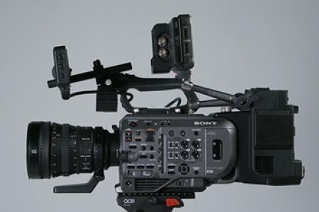 对于PXW-FX9 V2.1固件版本,它的4K 120P RAW画质有何亮点?